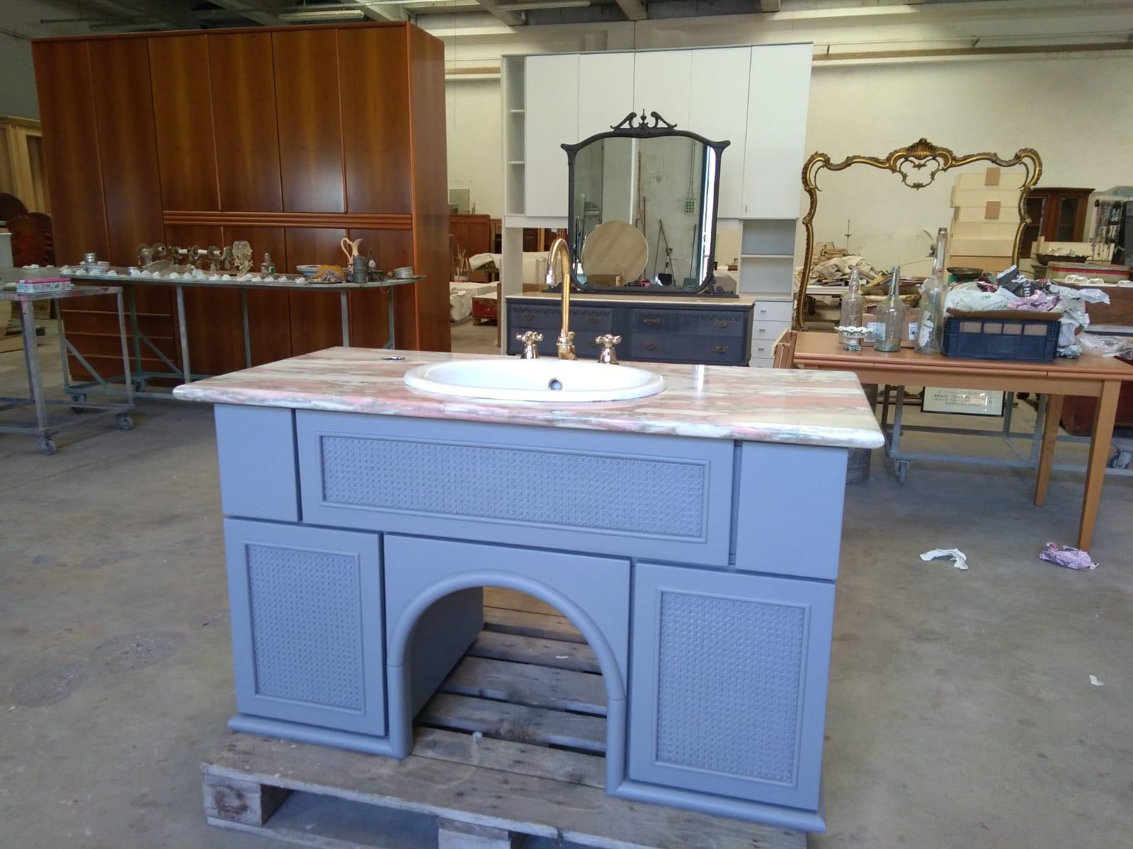 Bagno con piano in marmo vasca e rubinetteria ginori maison cielo