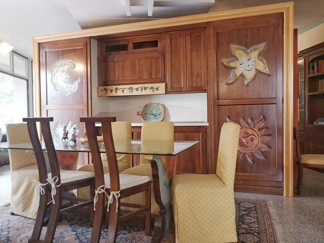 Cucina sole e luna con porte scorrevoli MAISON CIELO VENEZIA -